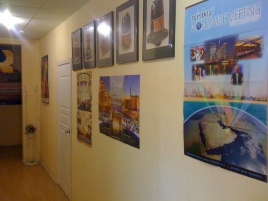 Портреты RAINBOW за разные годы в коридоре офиса